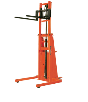 B800/BT800 Straddle Stacker in Upright Position